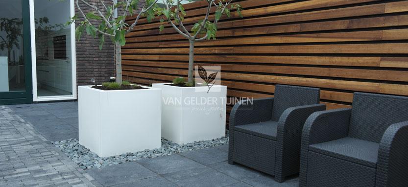 Moderne strakke schutting - Schutting met hardhouten latten - polyester plantenbakken op maat