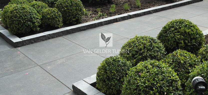 Tuin laten betegelen met keramische tegel 60 x 60 duostone cemento dark grey