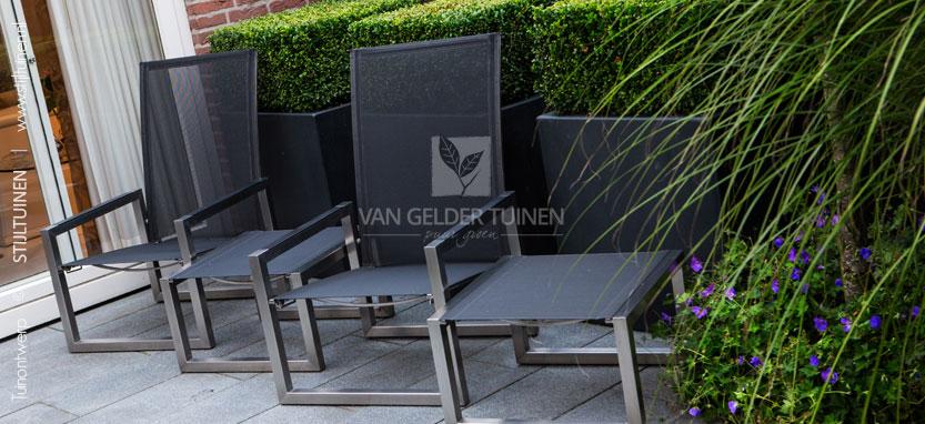 Moderne relax tuin met luxe loungestoelen