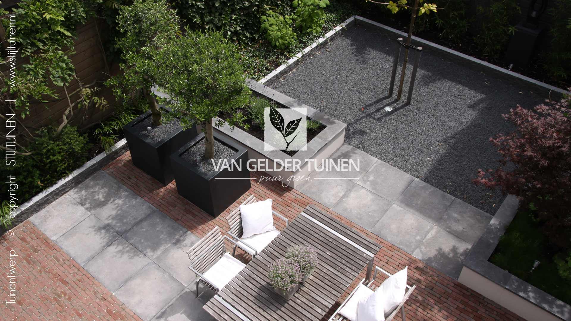 Moderne kleine achtertuin met klassieke uitstraling