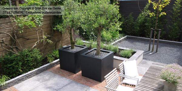 Onderhoudsarme moderne tuinen met klinkers en schellevis betontegels, gecombineerd met grind en verhoogde bloembakken en natuursteen muurblokken