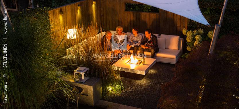 Moderne tuin met sfeervolle tuinverlichting