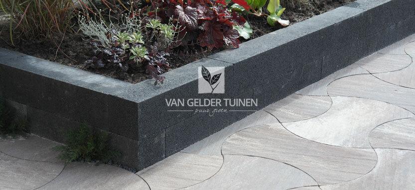 Aanleg verhoogde stenen bloembak van Solidblack muurblokken en tegels Geo Piazza vario Marilleva