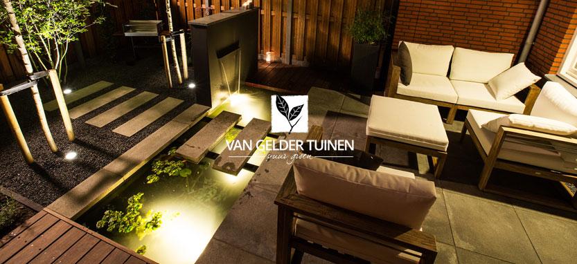 Sfeervolle tuiverlichting in kleine moderne tuin met vijver