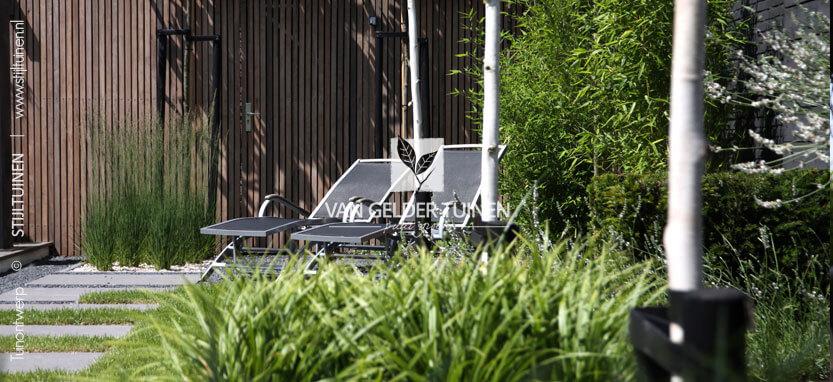 Moderne lounge tuin met vershillende ruime zitplekkken