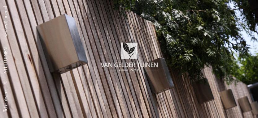 Moderne hardhouten schutting met designverlichting