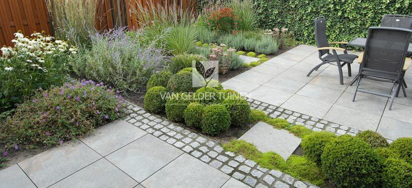 Groene tuin met portugese keitjes en keramische tegels
