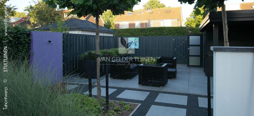 Moderne strakke achtertuin met onderhoudsarme beplanting