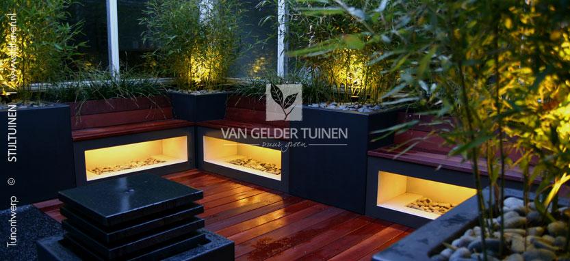 Kleine patiotuin met sfeerverlichting