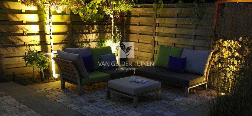 Sfeervolle tuin met modern loungeset