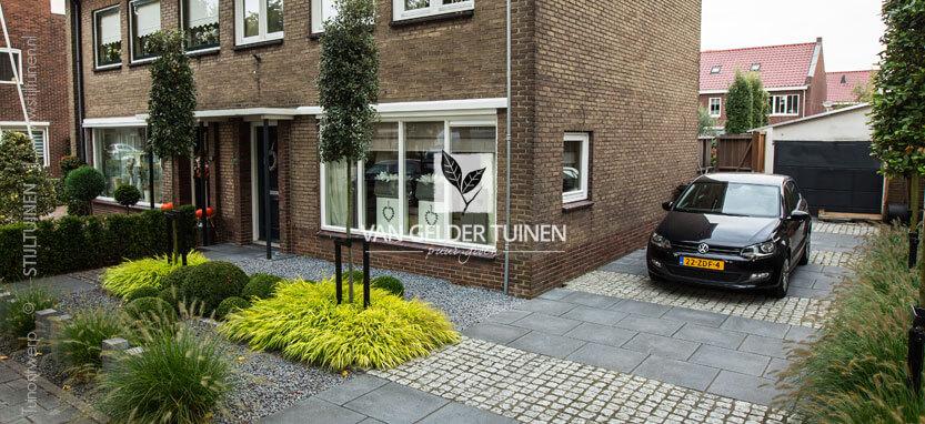 Onderhoudsvrije moderne voortuin met oprit van gelder tuinen for Ontwerp voortuin met parkeerplaats