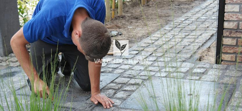 Voegen van portugese graniet keien tuin Barendrecht