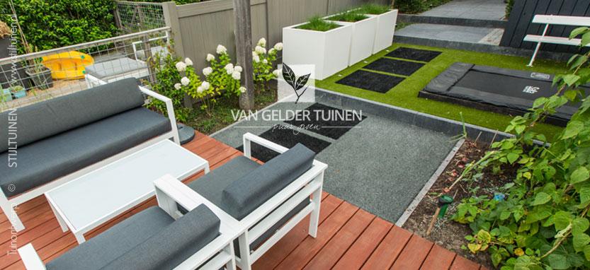 Hardhouten vlonder met alunga buitenparket in moderne onderhoudsarme tuin
