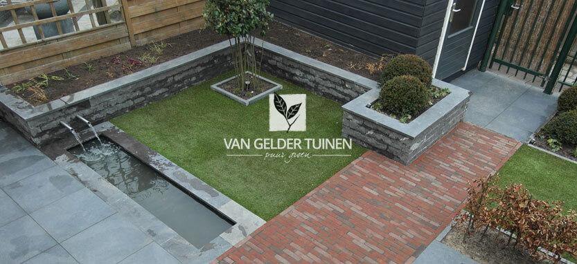 Moderne strakke vijver tuin met natuursteen bloembakken