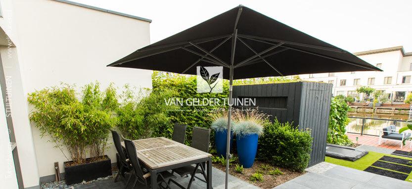 Moderne tuinaanleg strakke onderhoudsarme tuin met zitterras in Hendrik ido Ambacht