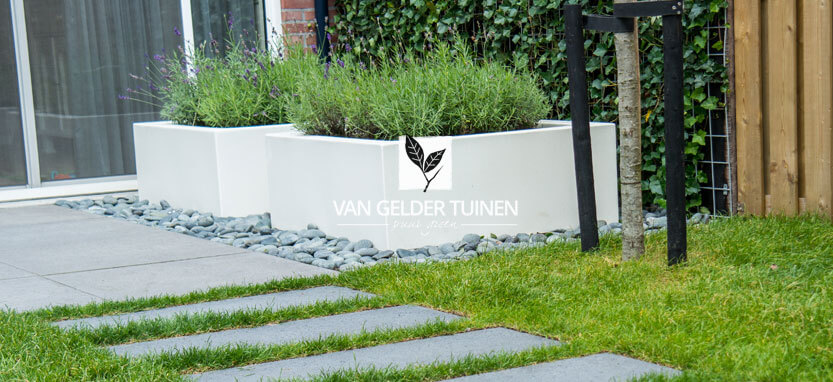 Witte plantenbakken in moderne strakke tuin