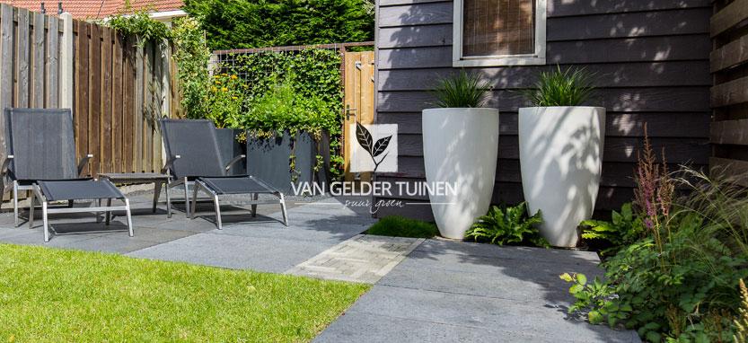 Onderhoudsarme relaxtuin ontworpen door Van Gelder Tuinen