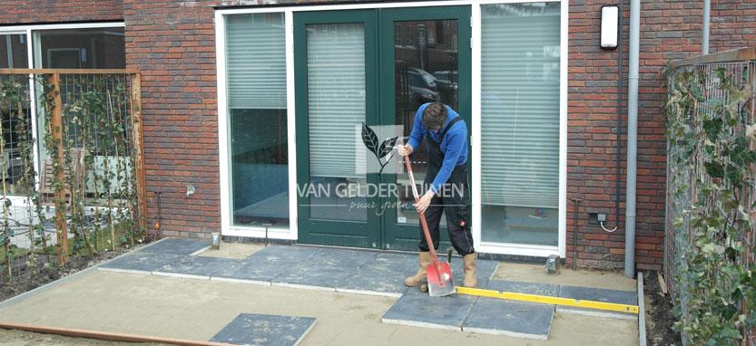 Tuin laten betegelen door hovenier met keramische tegels Ceramento Belezzo Nero in Rotterdam Kralingen