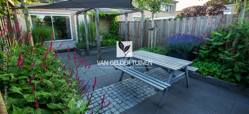 Voorbeeld moderne kindvriendelijke tuin van gelder tuinen for Tuin aan laten leggen