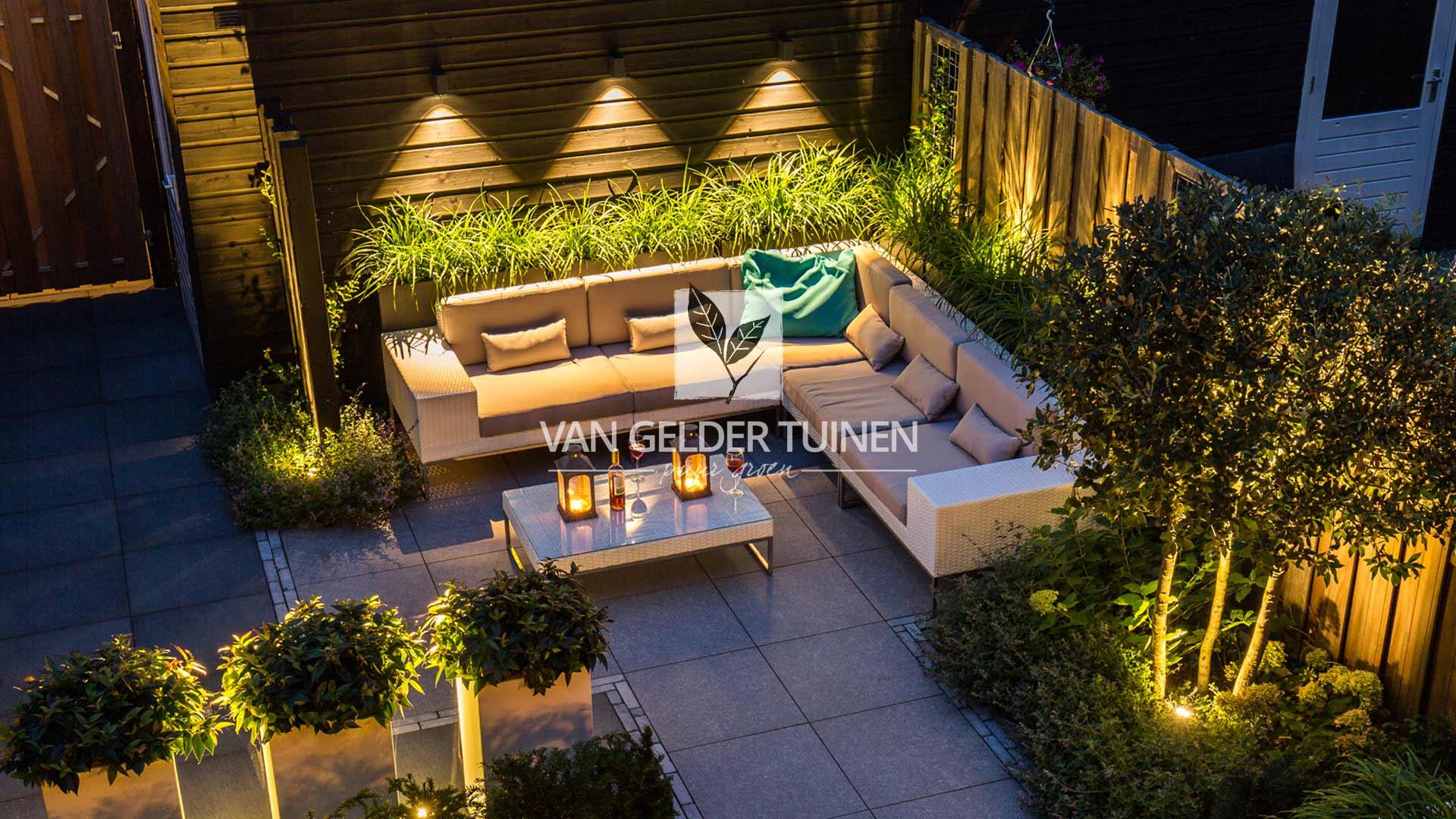 Kleine sfeervolle strakke tuin met loungehoek